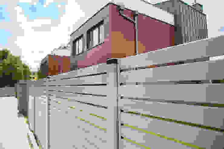 OGRODZENIE-Nowoczesne Modern style gardens Iron/Steel Metallic/Silver