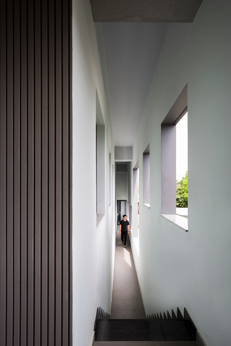 Modern corridor, hallway & stairs by truong an design consultant corporation Modern