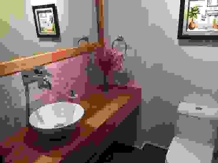 Baños de estilo  por Rocamadera Spa