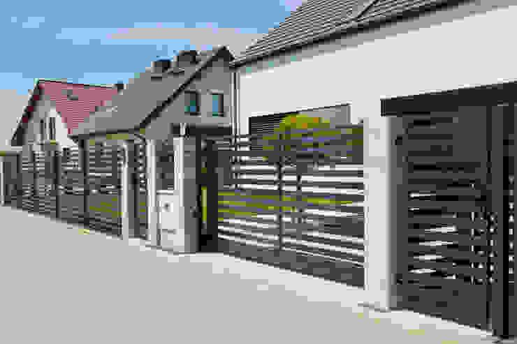 Jardines en la fachada de estilo  por OGRODZENIE-Nowoczesne, Minimalista Hierro/Acero