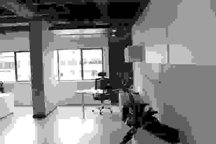 Puestos Gerenciales Estudios y despachos de estilo industrial de Bustos + Quintero arquitectos Industrial Metal
