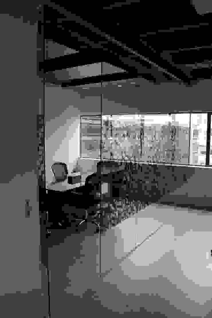 Sala de Juntas Estudios y despachos de estilo industrial de Bustos + Quintero arquitectos Industrial Vidrio