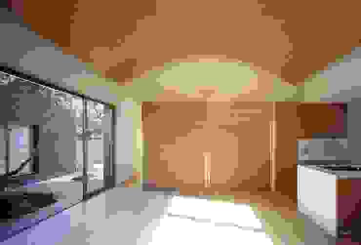 長岡京の家Ⅱ: 吉川弥志設計工房が手掛けたリビングです。,モダン