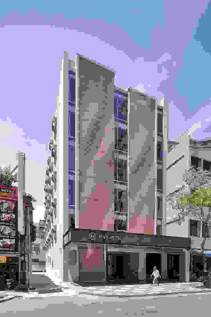 採用傳統材料 - 磚 - 來回應羅東的城鎮氛圍,同時運用新技術賦予老建物當代的面貌。 根據 前置建築 Preposition Architecture