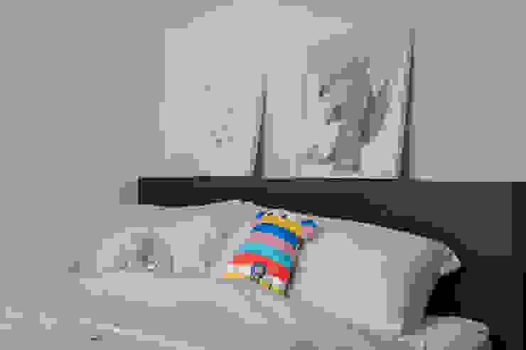Bartley Ridge Residences Scandinavian style bedroom by Eightytwo Pte Ltd Scandinavian