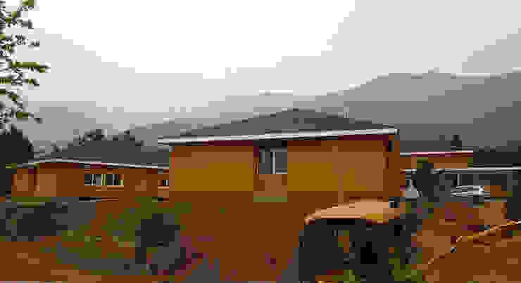 Vista pabellones dormitorios Casas estilo moderno: ideas, arquitectura e imágenes de Plan V Arquitectos Ltda Moderno