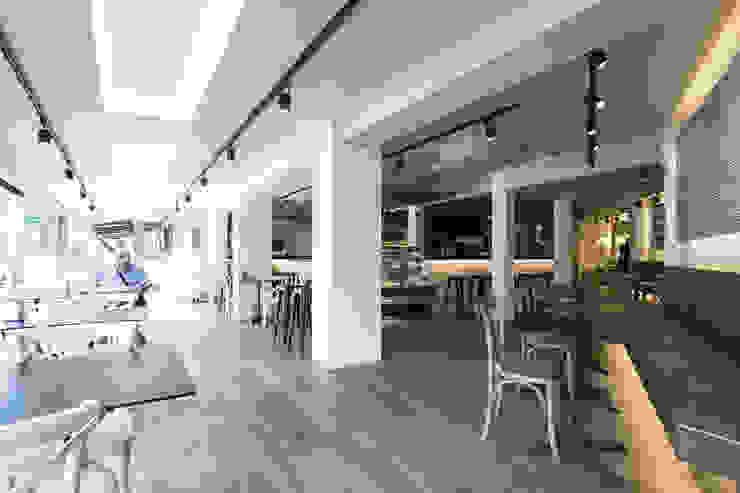 Proyecto lumínico Bar-Cafetería Chapeau: Bares y Clubs de estilo  de Luxiform Iluminación,