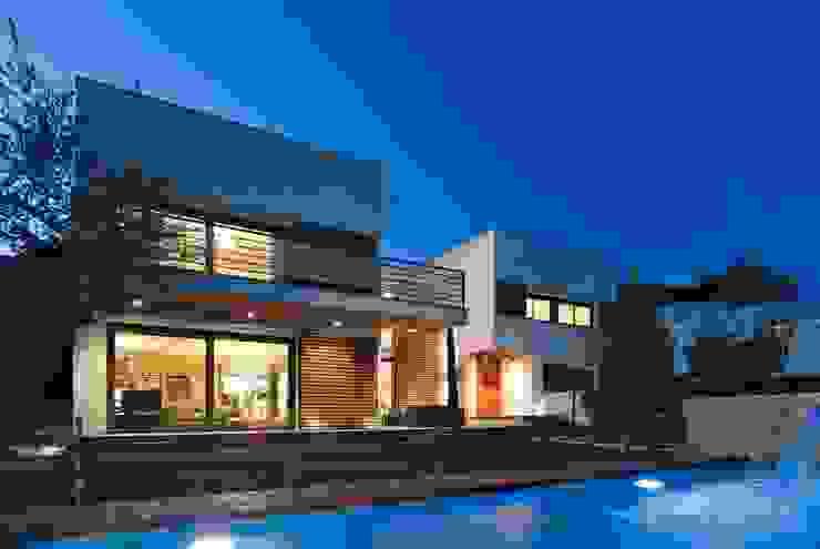 Exterior Casa Particular: Casas unifamilares de estilo  de Luxiform Iluminación,