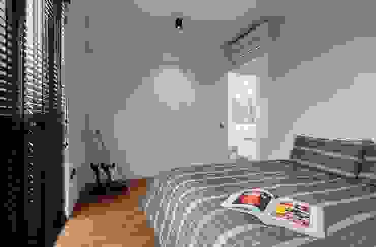 FORESQUE RESIDENCES Scandinavian style bedroom by Eightytwo Pte Ltd Scandinavian Wood Wood effect