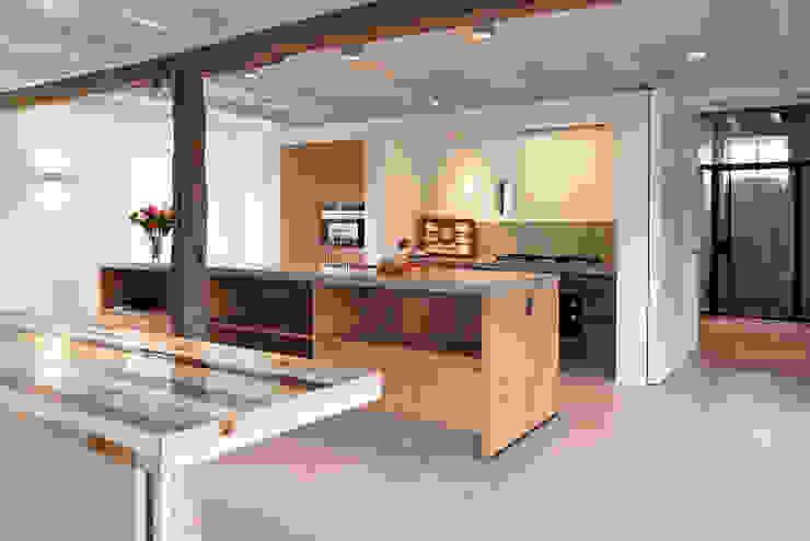 Stoere woonkeuken in stal Landelijke keukens van ODM architecten - erfgoed & architectuur Landelijk Hout Hout