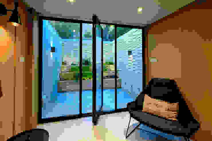 Gibson Square Puertas modernas de IQ Glass UK Moderno