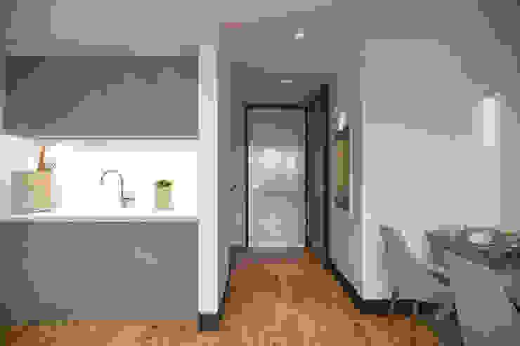 Kemerburgaz LIVERA Suites – Örnek Daire Tasarımı İskandinav Koridor, Hol & Merdivenler Kolon Mimarlık - İçmimarlık İskandinav