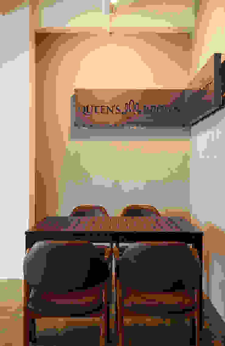 Queen's Brown 모던스타일 다이닝 룸 by IRO Design 모던