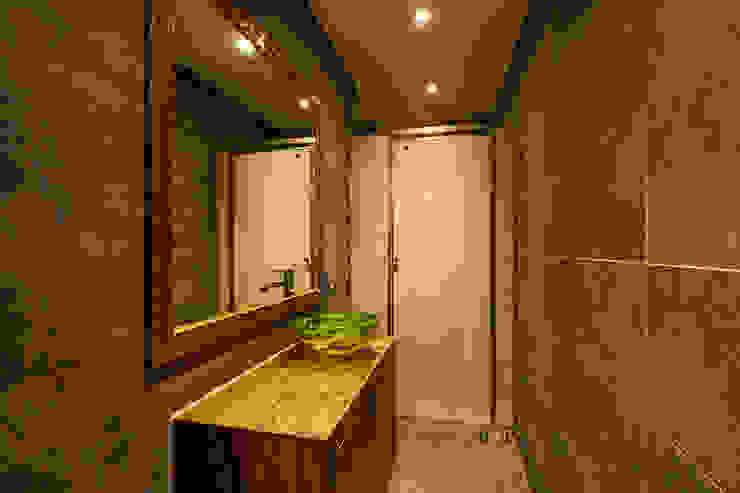 Queen's Brown 모던스타일 욕실 by IRO Design 모던