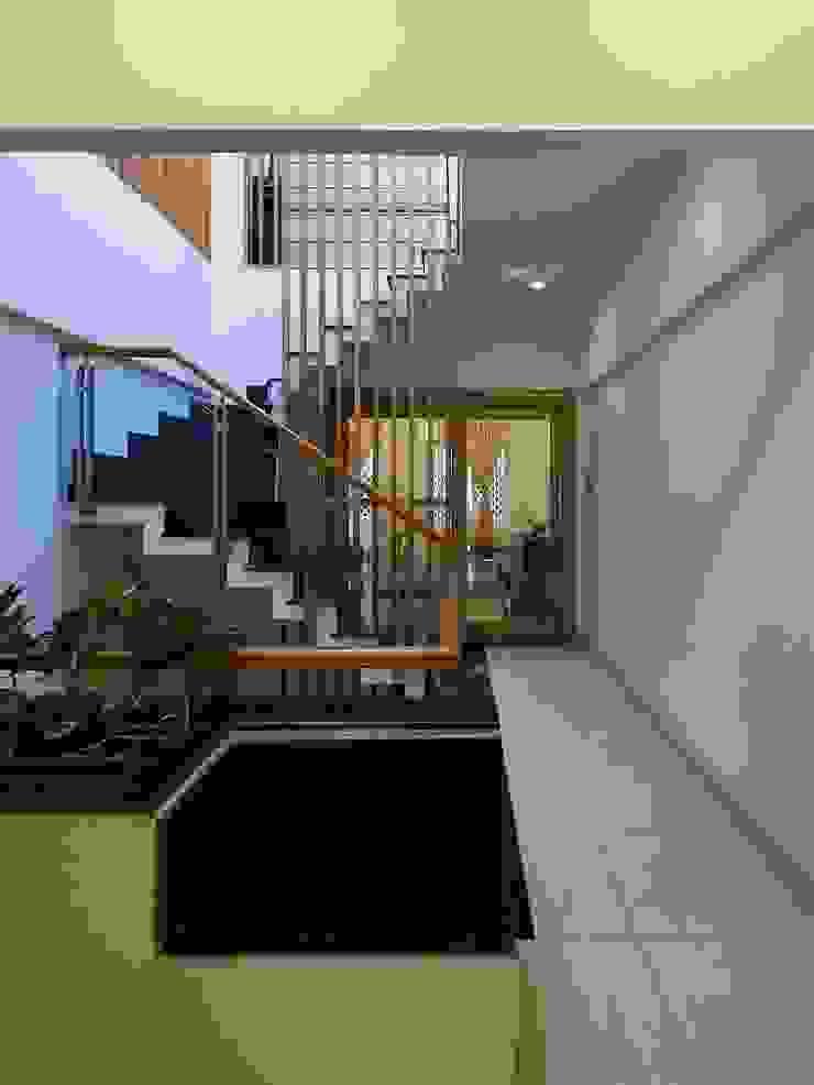 Cầu thang bởi Công ty TNHH Xây Dựng TM – DV Song Phát Hiện đại