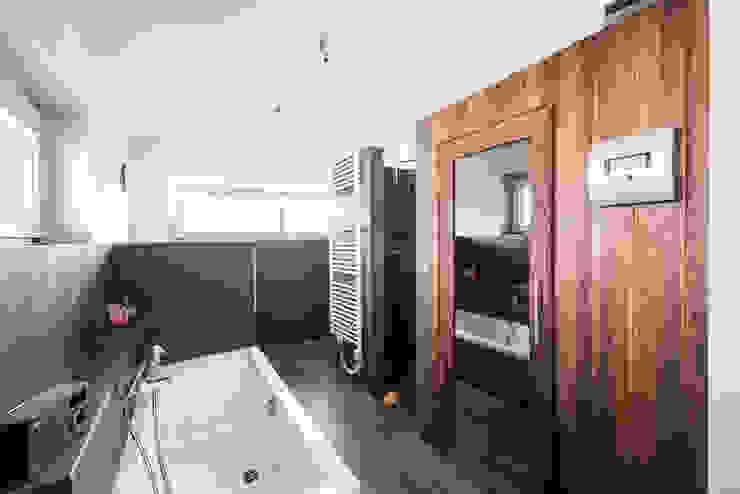 ห้องน้ำ โดย wir leben haus - Bauunternehmen in Bayern,