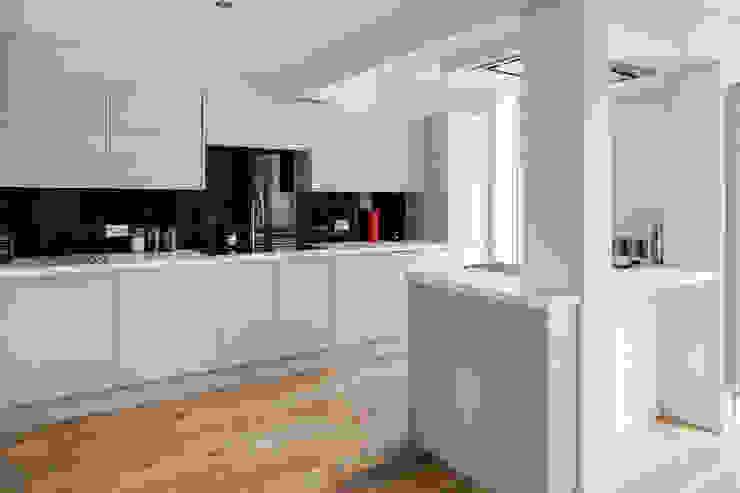 House Refurbishment, Weybridge, London モダンな キッチン の Model Projects Ltd モダン