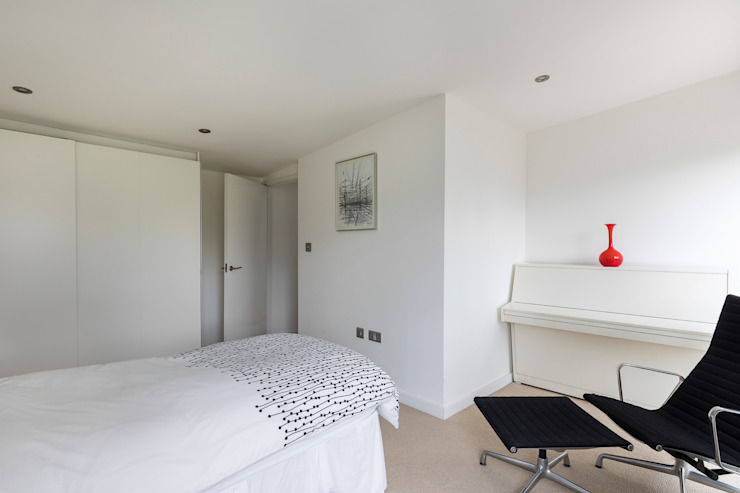 House Refurbishment, Weybridge, London モダンスタイルの寝室 の Model Projects Ltd モダン