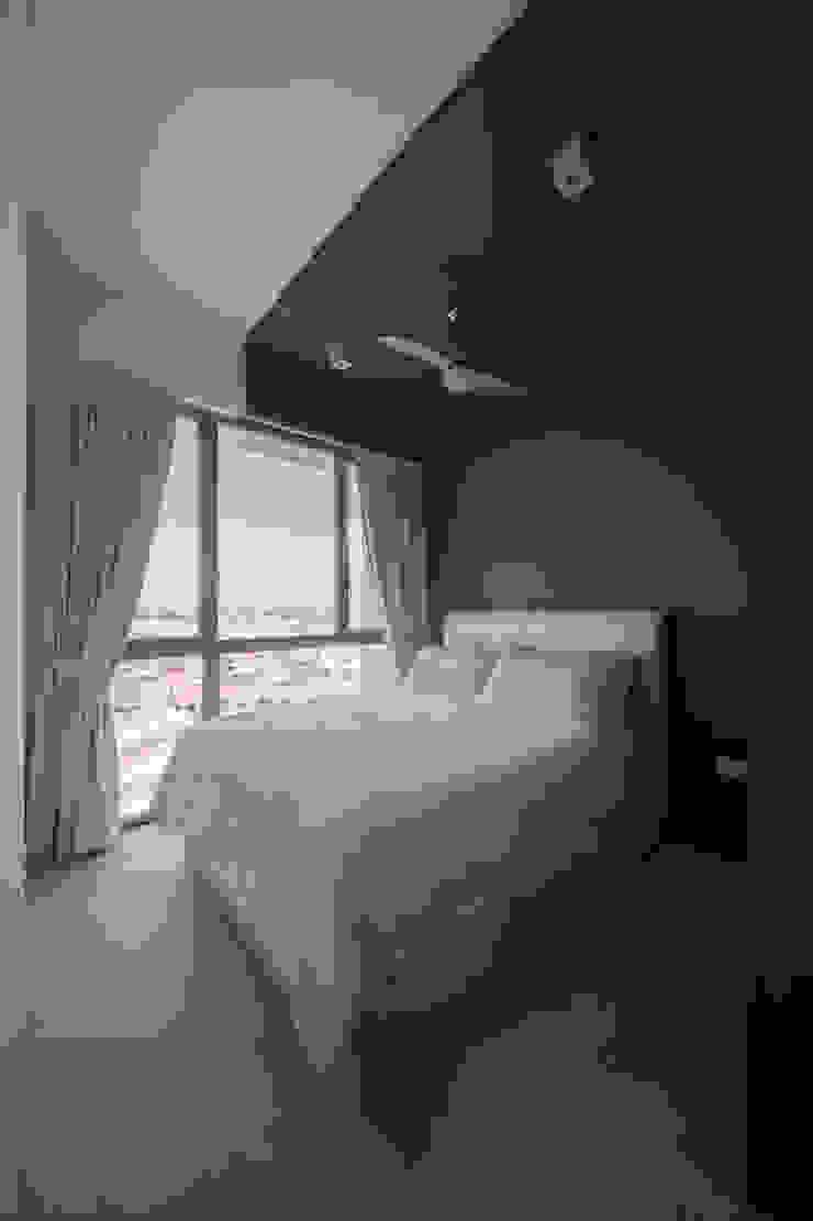 THE GLADES Minimalist bedroom by Eightytwo Pte Ltd Minimalist
