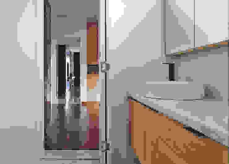 Scandinavian style bathrooms by Eightytwo Pte Ltd Scandinavian