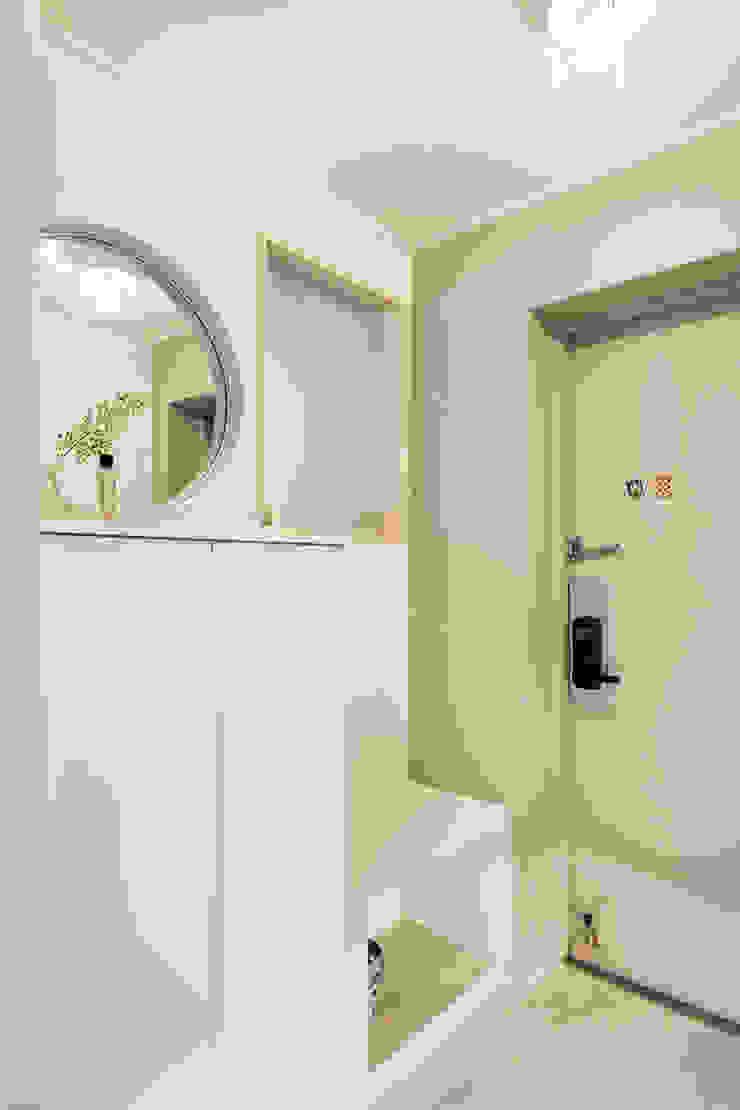 Minimalist corridor, hallway & stairs by 봄디자인 Minimalist