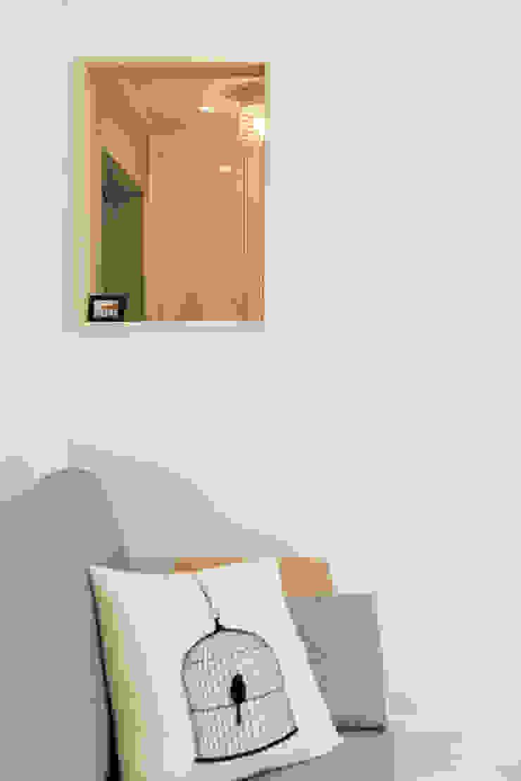 Minimalist living room by 봄디자인 Minimalist