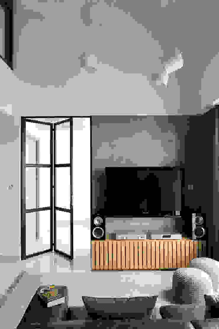 Livings de estilo industrial de Eightytwo Pte Ltd Industrial