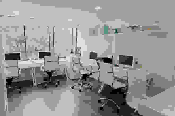 Oficinas Beheit Estudios y despachos de estilo moderno de Redesign Studio Moderno