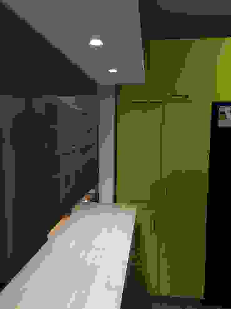 meson pasillo cocina / living PICHARA + RIOS arquitectos Muebles de cocinas Derivados de madera Amarillo