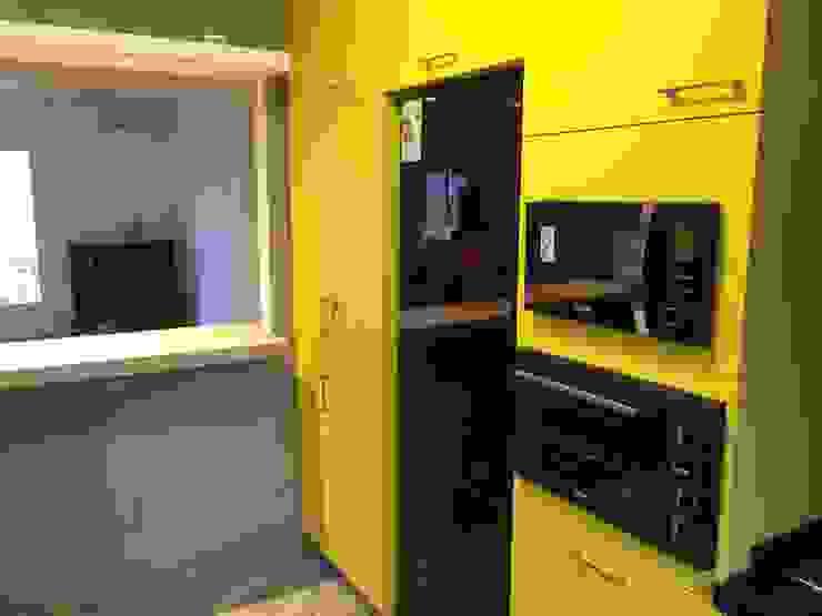 Cocina inteligente PICHARA + RIOS arquitectos Muebles de cocinas Derivados de madera Amarillo