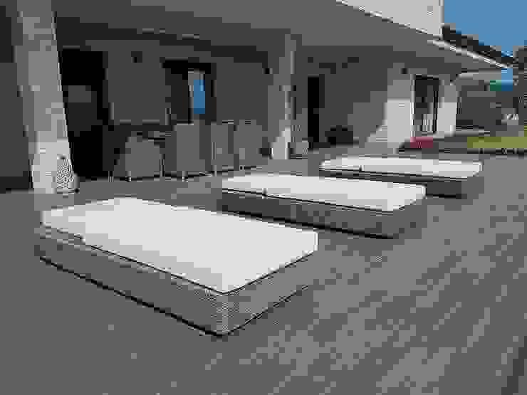 Sdraio da giardino di design Sulawesi e tavolo dieci posti in fibra sintetica tonda Uluwatu Giardino moderno di Uniko Moderno