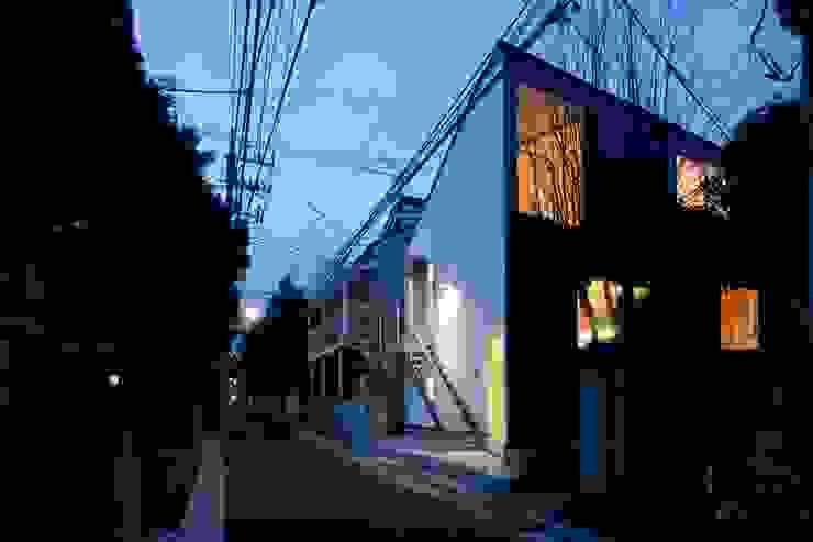 Casas estilo moderno: ideas, arquitectura e imágenes de 有限会社角倉剛建築設計事務所 Moderno Metal