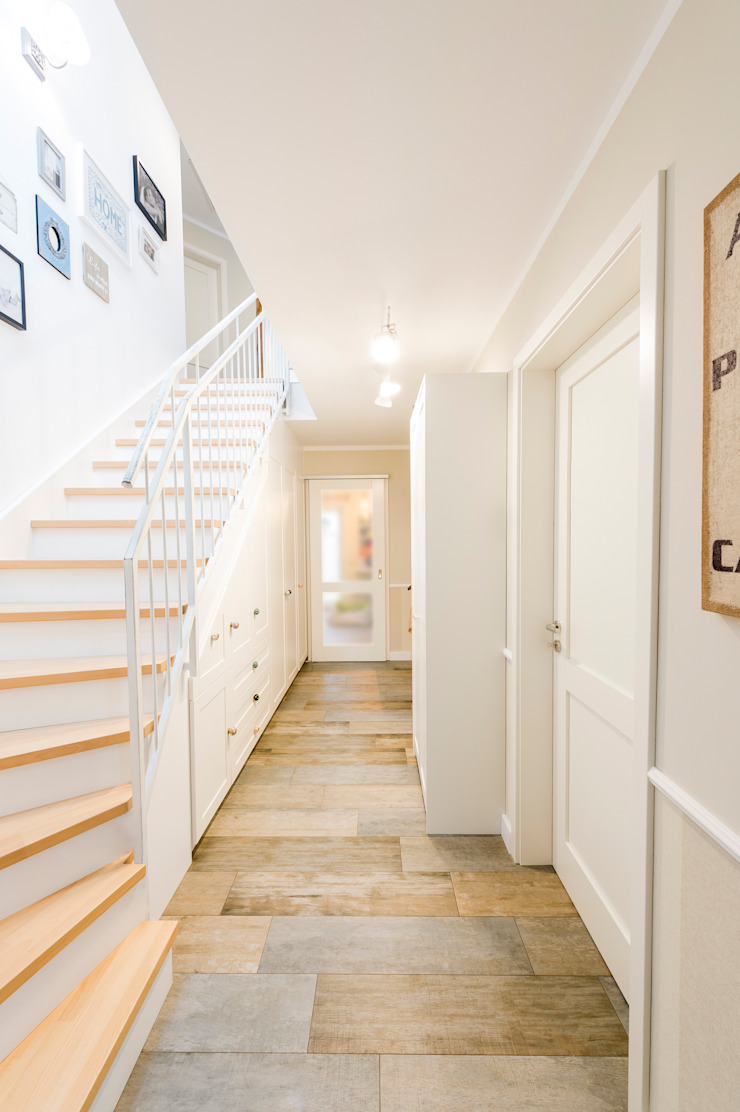 Country style corridor, hallway& stairs by hysenbergh GmbH | Raumkonzepte Duesseldorf Country