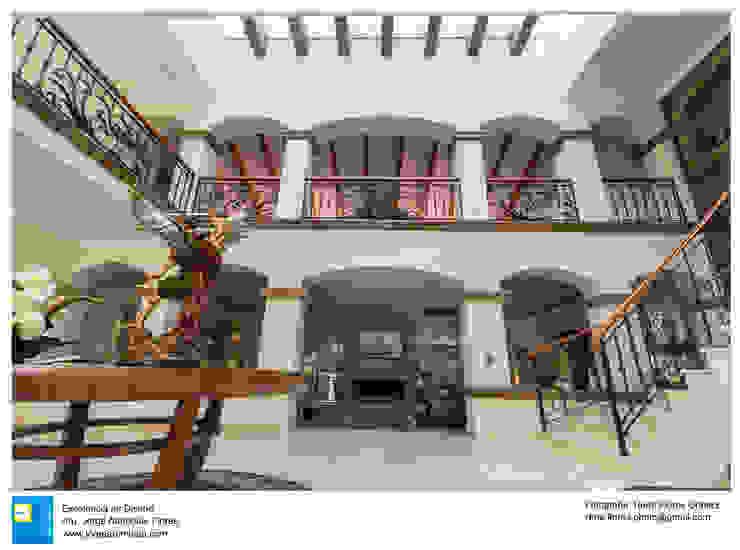 vestibulo a doble altura Pasillos, vestíbulos y escaleras coloniales de Excelencia en Diseño Colonial Mármol