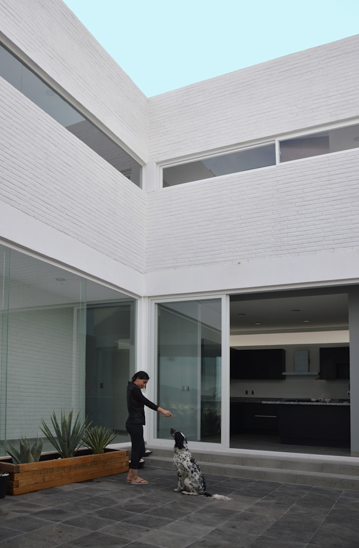 AWA arquitectos Modern balcony, veranda & terrace Bricks White