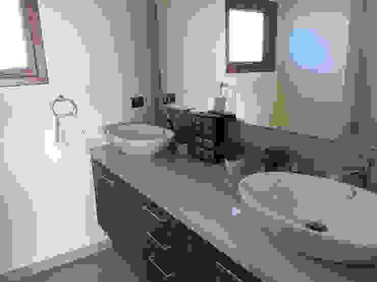 Baño doble vanitorio Baños de estilo moderno de Rocamadera Spa Moderno