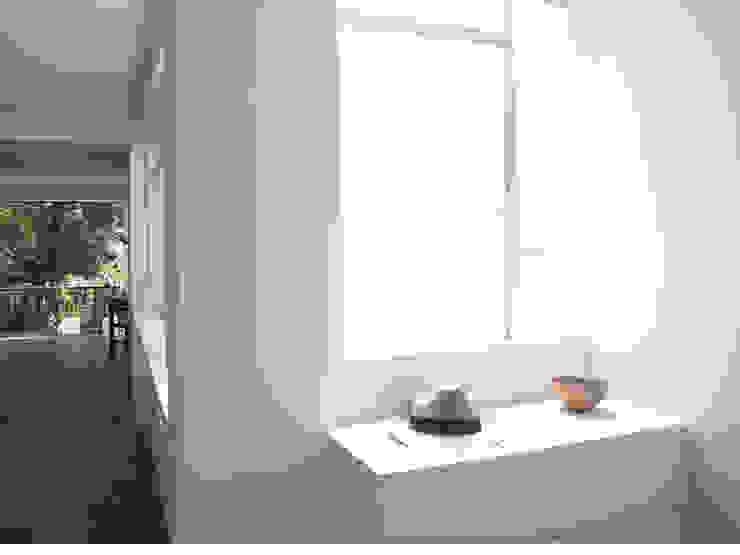 AWA arquitectos Ingresso, Corridoio & Scale in stile minimalista Legno Bianco