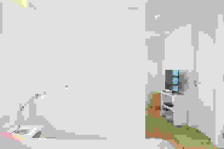 AWA arquitectos Camera da letto minimalista Legno Bianco
