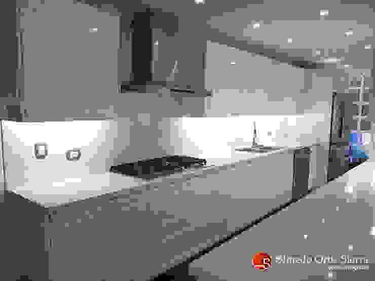 Cocina Integral Blanca Grande - Cali, colombia: Cocinas integrales de estilo  por Cocinas Integrales Olmedo Ortiz Sierra,