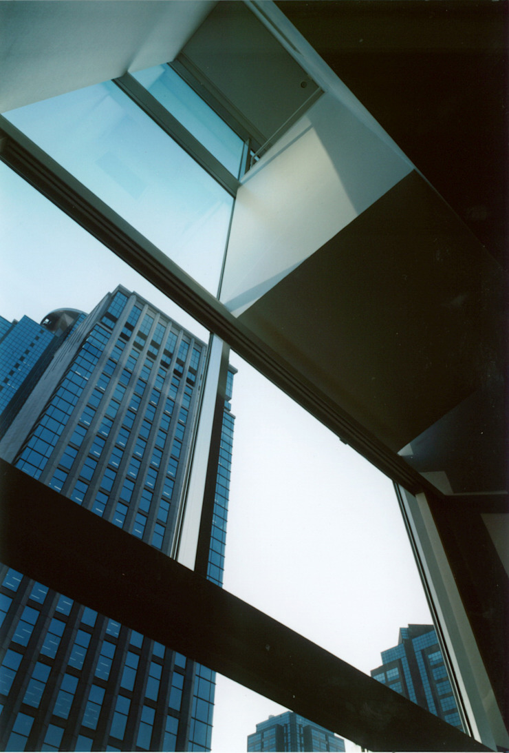 Salones modernos de 有限会社角倉剛建築設計事務所 Moderno Vidrio