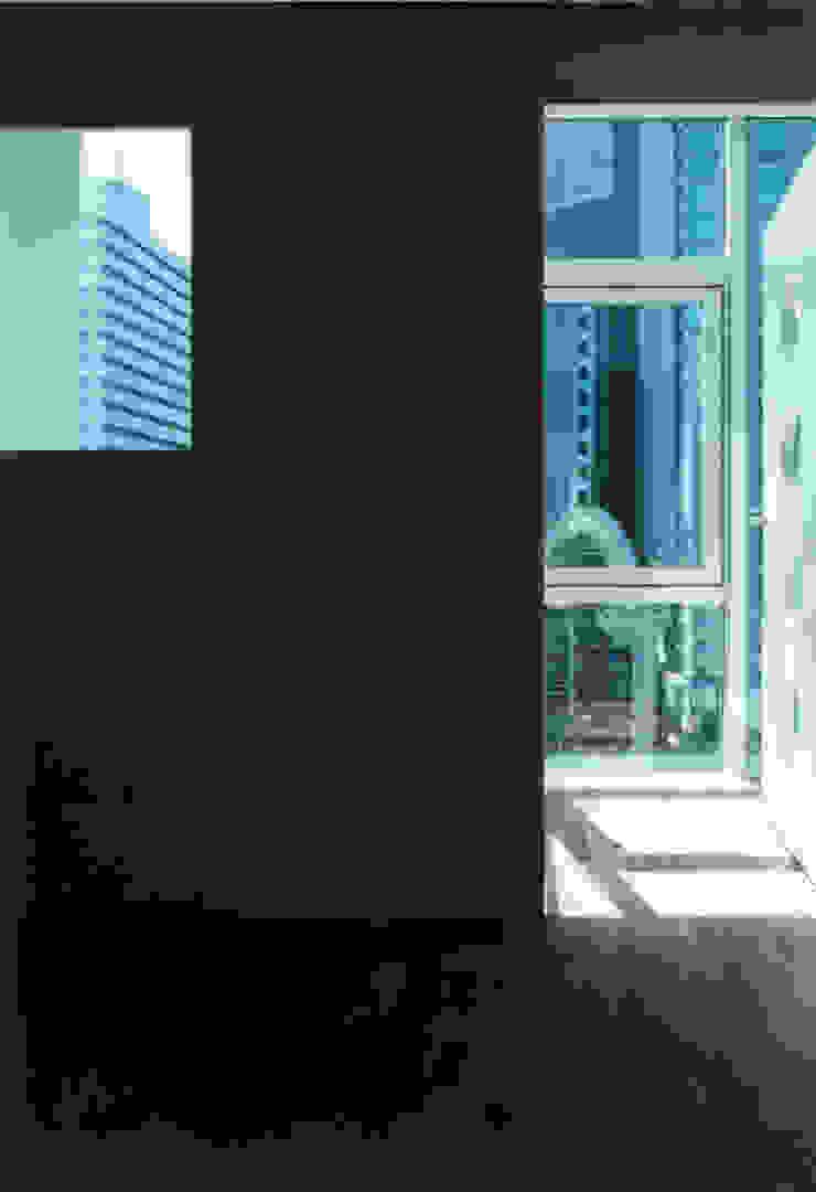 Dormitorios modernos de 有限会社角倉剛建築設計事務所 Moderno