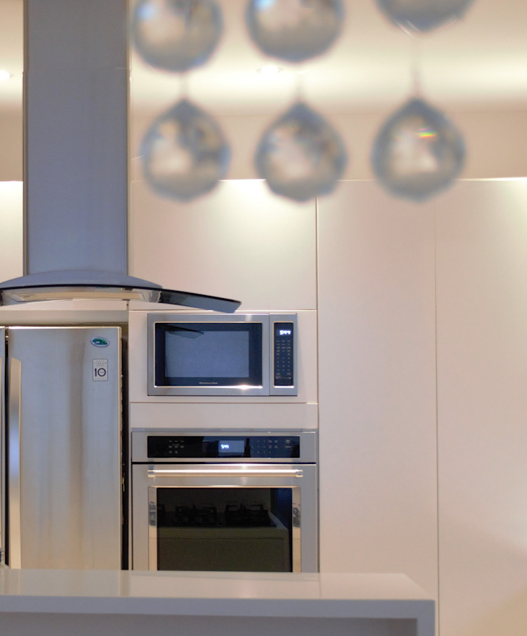 Monica Saravia Modern kitchen Chipboard White