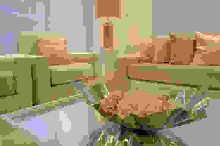 Sala gris: Salas de estilo  por Monica Saravia,