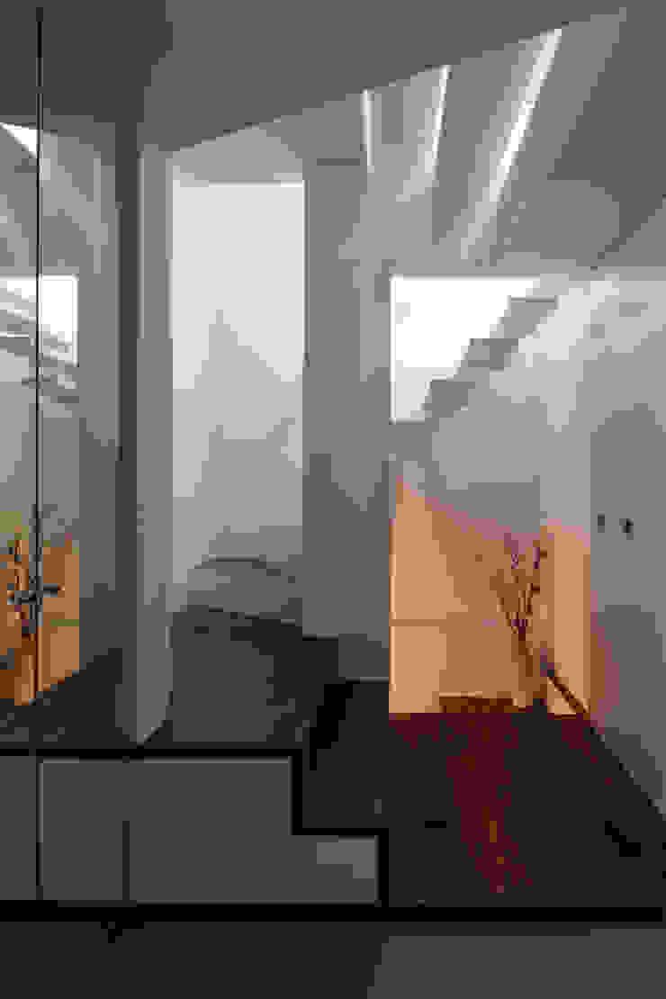 株式会社 ギルド・デザイン一級建築士事務所 Modern Corridor, Hallway and Staircase