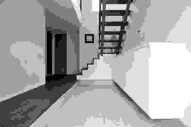 玄関アクセスの木製ストリップ階段 モダンスタイルの 玄関&廊下&階段 の タイコーアーキテクト モダン