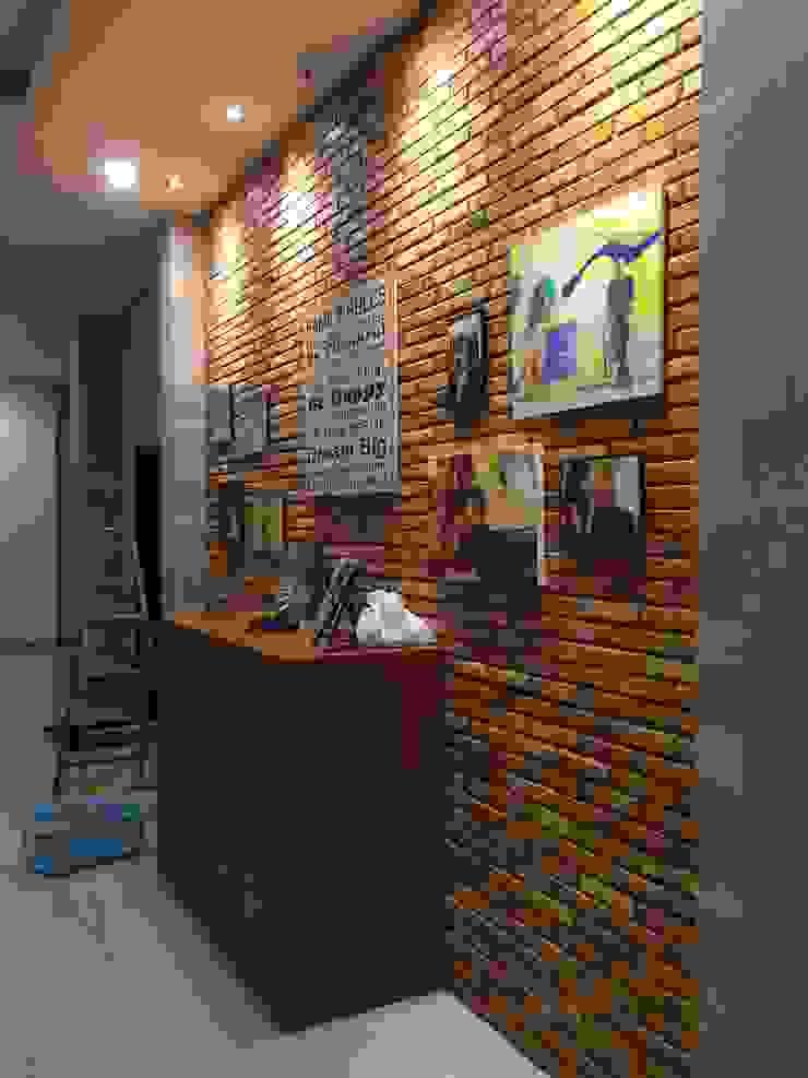Pasillos, vestíbulos y escaleras de estilo minimalista de Lighthouse Architect Indonesia Minimalista
