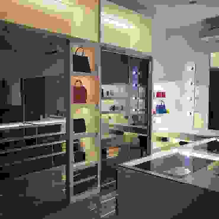 Minimalist dressing room by Lighthouse Architect Indonesia Minimalist