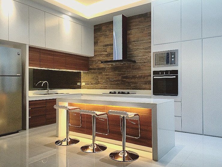 Dapur Kombinasi warna Putih dan Kayu Dapur Modern Oleh Lighthouse Architect Indonesia Modern