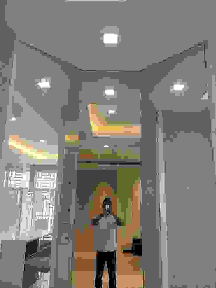 by Lighthouse Architect Indonesia Мінімалістичний
