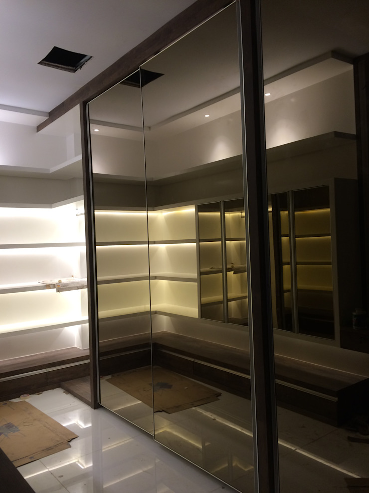 Minimalist dressing room by Lighthouse Architect Indonesia Minimalist